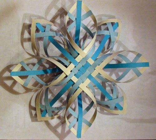 как сделать объемную снежинки из бумаги на новый год видео урок