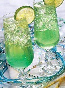 охлажденное шампанское.  Бокал заранее охладить в морозильнике.  Половину льда, лимонный сок, водку... делать.
