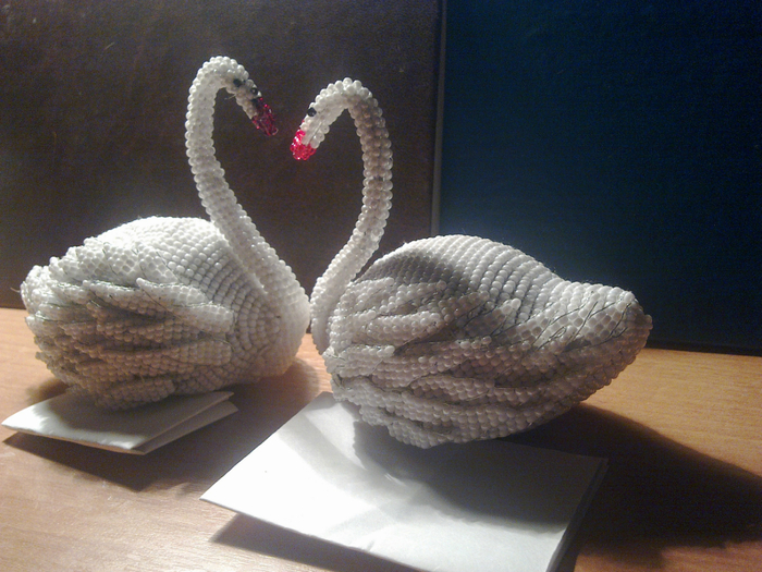 Лебеди на озере бисер