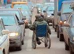 Превью колясочник инвалит побирается сретди машин (500x366, 61Kb)