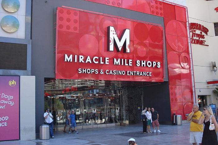 800px-Miricle_mile_shops_door [1] (700x466, 114KB)