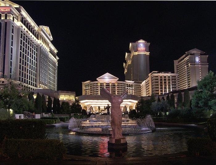 786px-Caesars_palace_night_2007 [1] (700x534, 138KB)