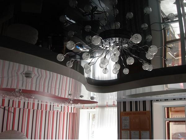 Красивый зеркальный потолок в интерьере вашего дома