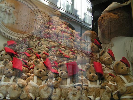 В день плюшевого медведя дети, естественно, получают огромное количество.