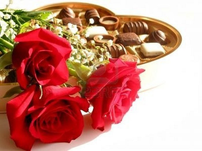 360617-red-roses-with-heart-shaped-box-of-chocolates-on-white-background (700x525, 61Kb)