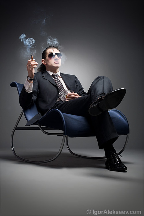 мужчина курит и сидит (466x699, 54Kb)