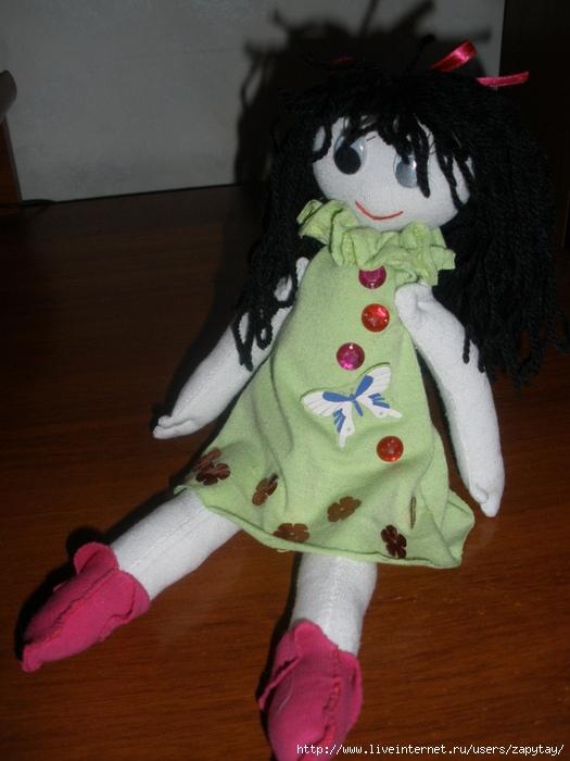 Кукла Таня вязалась крючком.