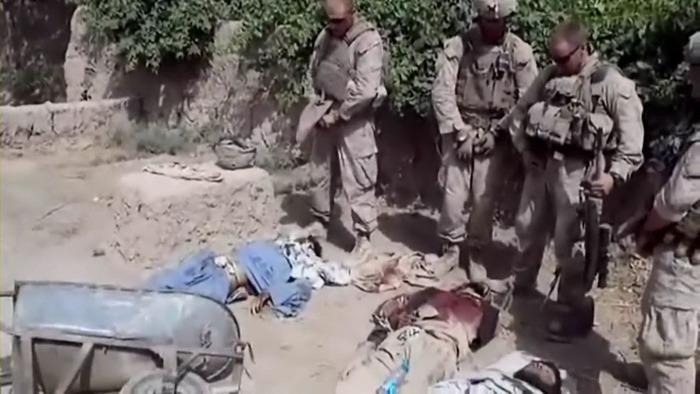 Американские морские пехотинцы помочились на мертвые тела талибов. Смотреть видео