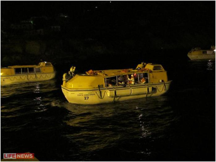 Почти всем пассажирам удалось выбраться на спасательных шлюпках
