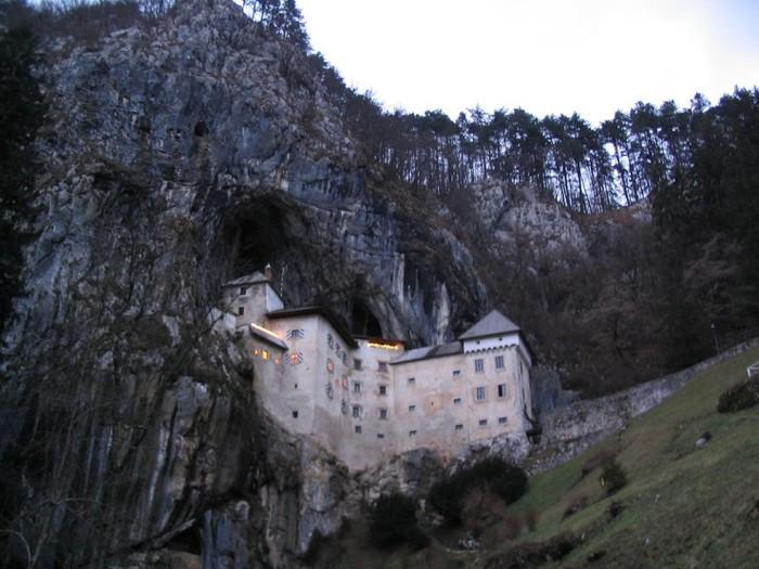замок в пещере1 (700x525, 98Kb)