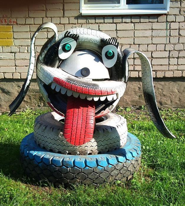 Поделки из мотопокрышек.  Такая поделка собачка из шин украсит ваш участок или дачу.  Не забудьте прорезать зубы и...