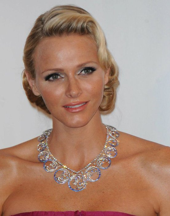 Princess-Charlene-wears-the-Ocean-necklace-at-the-Monaco-Red-Cross-Ball (553x700, 54Kb)