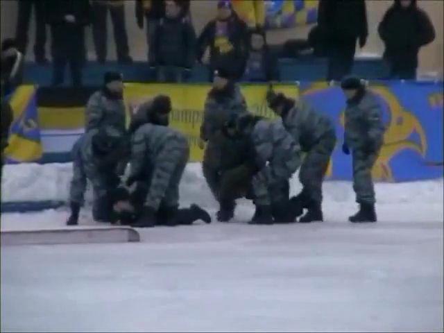 Видео: ОМОН избил болельщиков в Н.Новгороде