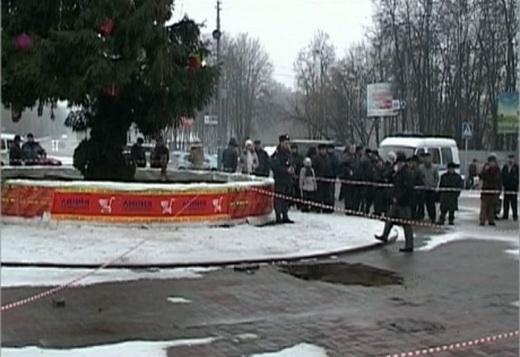 В Брянске погиб ребенок. Видео. Мама и полуторагодовалый мальчик в коляске провалились в яму на тротуаре