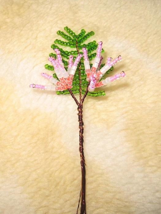 Бисер розовый, персиковый, белый, зеленый; проволока, гипс, клей ПВА, скорлупа яиц, салфетка бумажная...