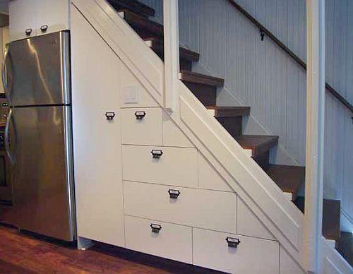 Детали интерьера под лестницей