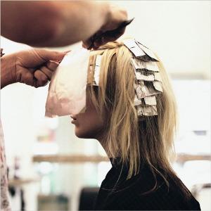 Мелирование волос. салонная процедура, способ при которых волосы получают, как один, так и несколько цветов.