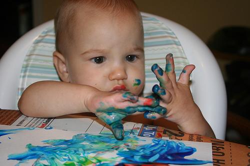Детки любят рисовать, только долго убирать... :)