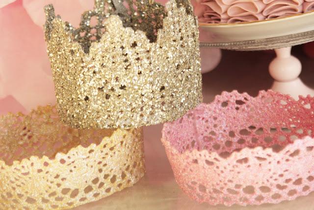 Для короны нужно кружево (купленное или связанное вручную), которое сначала надо круто накрахмалить.