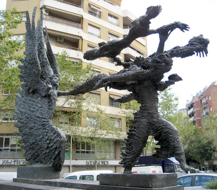 Погожий день, бегущий за Бурей. Скульптура Апеллеса Феноза на проспекте Гауди в Барселоне (700x613, 256Kb)