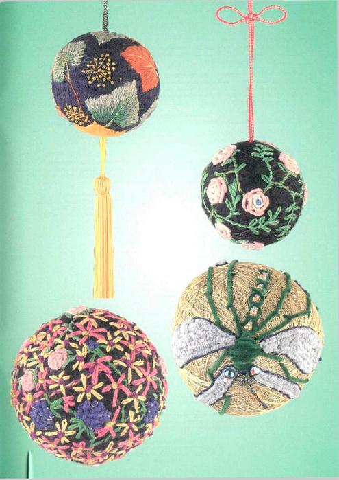 Внизу справа.  Стрекозу на шаре можно сделать объемной с помощью синели.