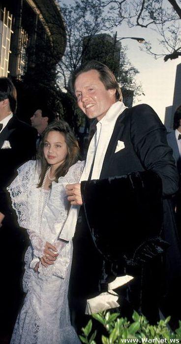 Анджелина Джоли с отцом Джоном Войтом в 1986 (368x700, 48Kb)