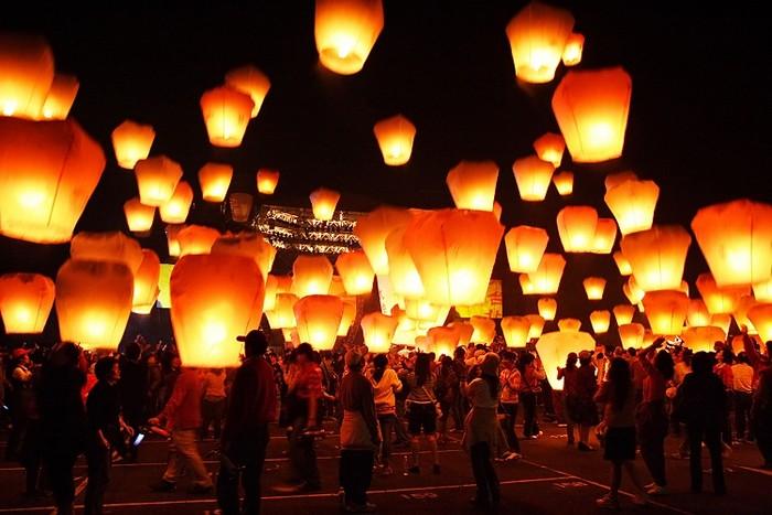 Красивые небесные фонарики над вашим городом 5 (700x467, 85Kb)