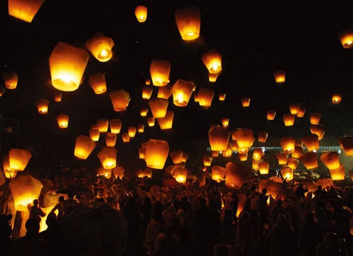 Красивые небесные фонарики над вашим городом 9 (700x507, 80Kb)