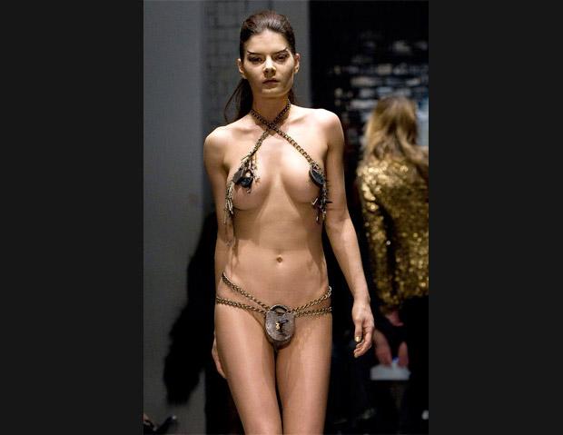 na-podiume-golie-modeli-foto