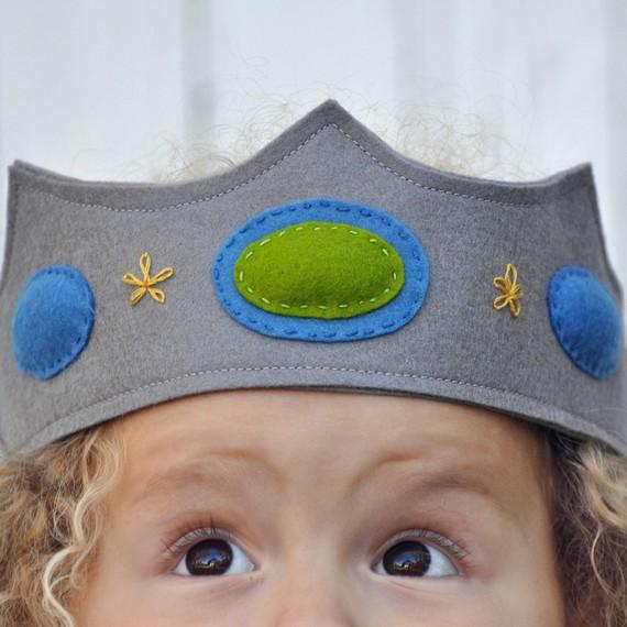 можно сделать из фетра, на резинке.  Смотрите какие интересные варианты украшения такой короны могут быть.