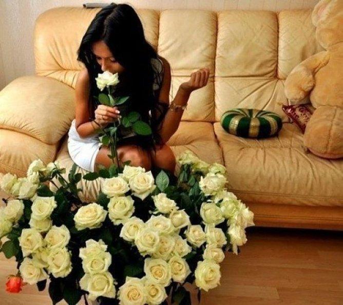 Девушка с цветами в руках 4