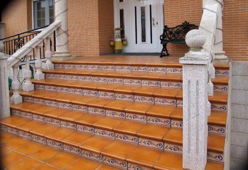 Клинкерные ступени — неплохой вариант для загородного дома.