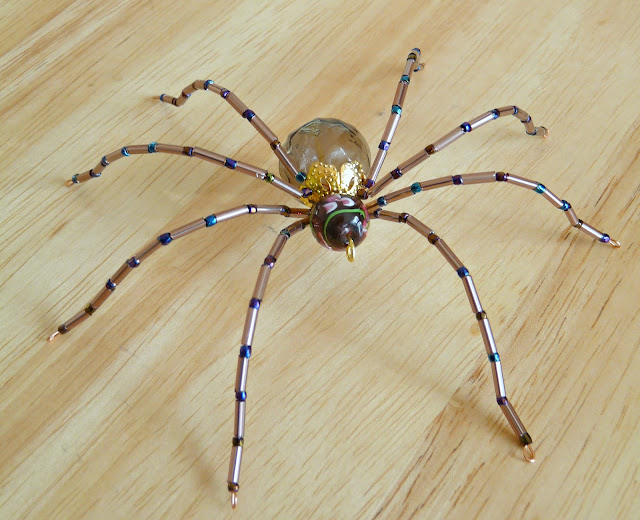 Не хотите ли сплести из бисера паука.  Предлагаю вам посмотреть несколько красивых идей, может соблазнитесь...