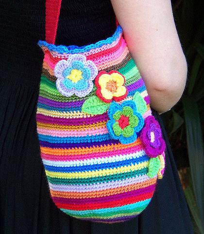 Люблю вязаные сумки,да и сама вяжу когда не лень.Но вот эту связала бы побольше,в виде торбы.