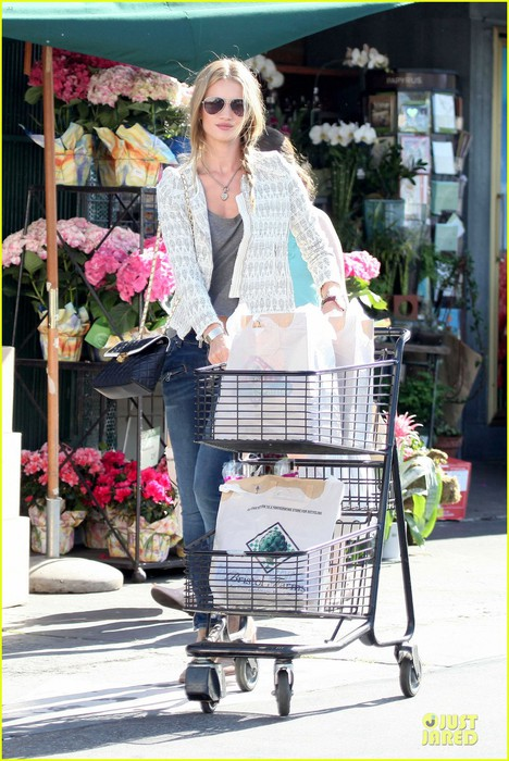 rosie-huntington-whiteley-bristol-farms-grocery-shopping-06 (468x700, 116Kb)