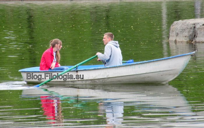 Парень и девушка на лодке (700x442, 62Kb)