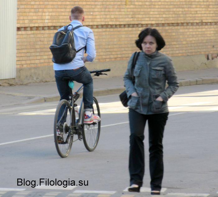 Парень с рюкзаком на велосипеде. Вид со спины. Навстречу идет девушка.. (700x635, 56Kb)