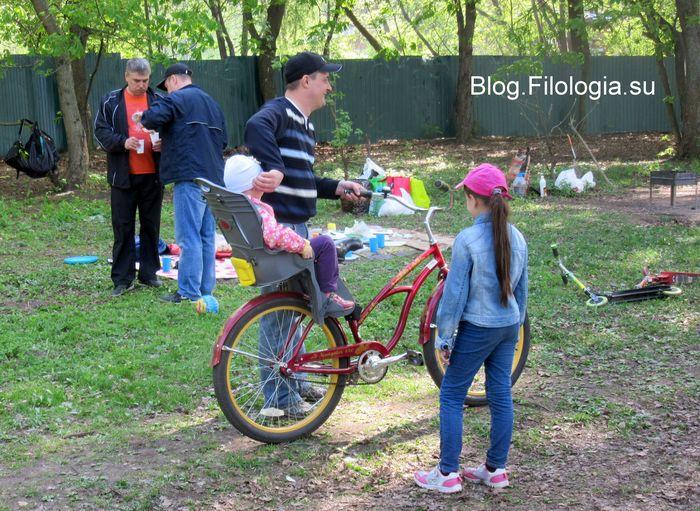 Папа с ребенком на велосипеде на природе (700x511, 105Kb)