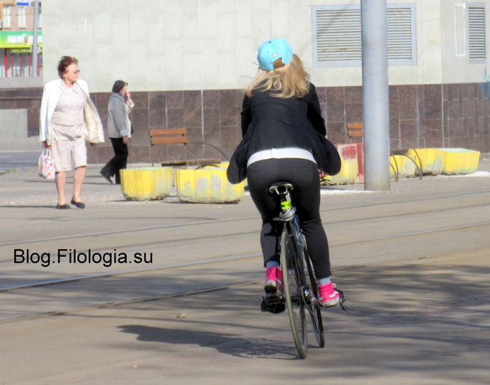 Девушка в черном едет на велосипеде.. Вид сзади..(700x550, 53Kb)