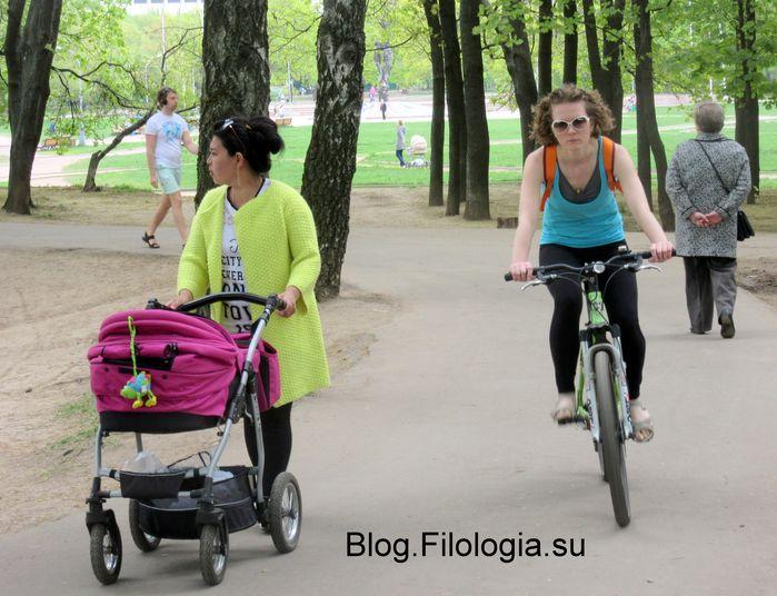Детская коляска и велосипедистка. В парке Дружба на Речном вокзале в Москве (699x536, 72Kb)