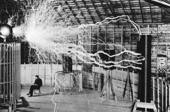 Никола Тесла во время опытов (700x463, 116Kb)