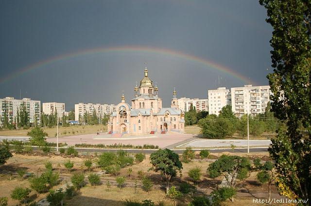 3925311_Radyga_i_SvyatoHristoRojdestvenskii_sobor_v_Severodonecke__Severodonetsk (640x425, 187Kb)