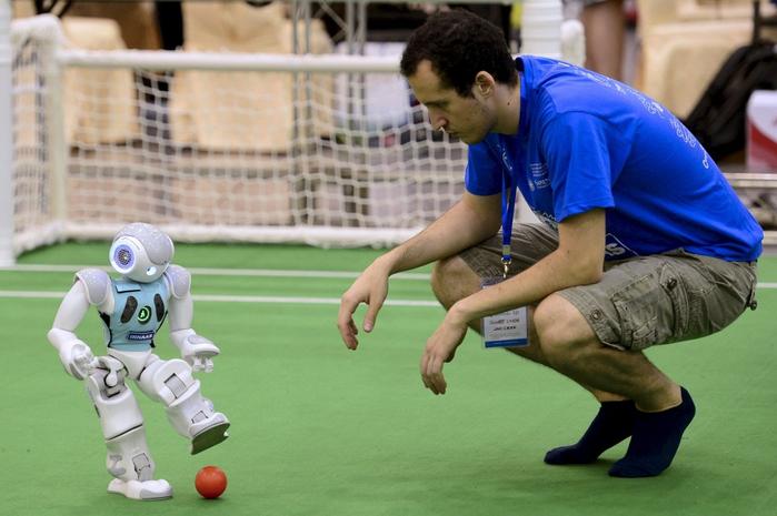 роботы играют в футбол 2 (700x465, 312Kb)