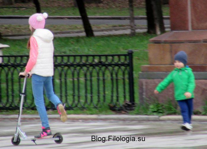 Девочка на самокате и рядом малыш (699x503, 51Kb)