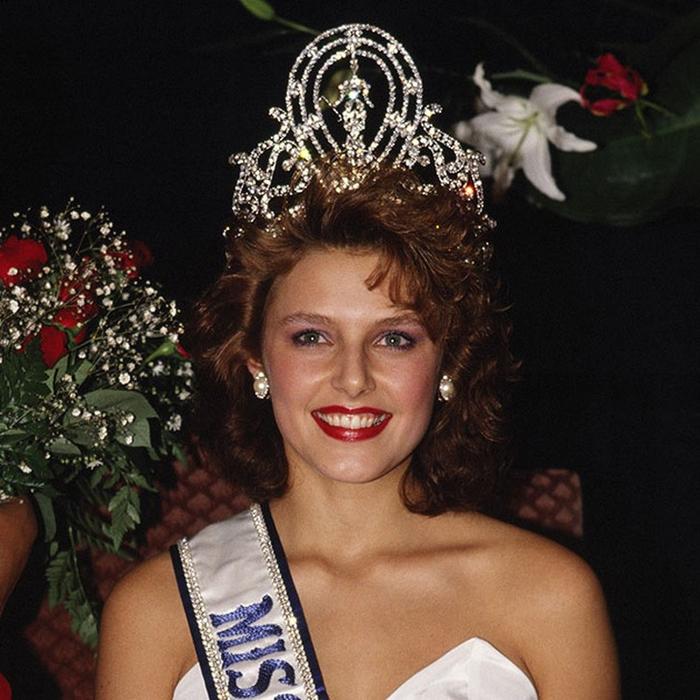 Мона Грудт, Норвегия. «Мисс Вселенная — 1990». 19 лет, рост 178 см, параметры фигуры 92−60−93. (700x700, 429Kb)