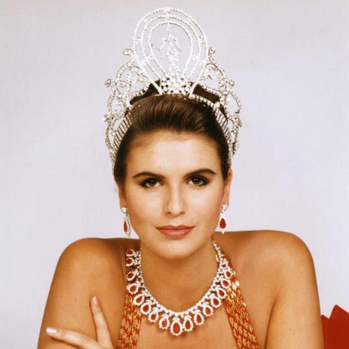 Мишель Маклин, Намибия. «Мисс Вселенная — 1992». 19 лет, рост 184 см, параметры фигуры 93−61−92. (700x700, 301Kb)