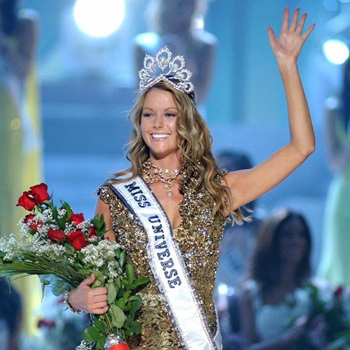 Дженнифер Хоукинс, Австралия. «Мисс Вселенная — 2004». 21 год, рост 180 см, параметры фигуры 99−62−92. (700x700, 501Kb)