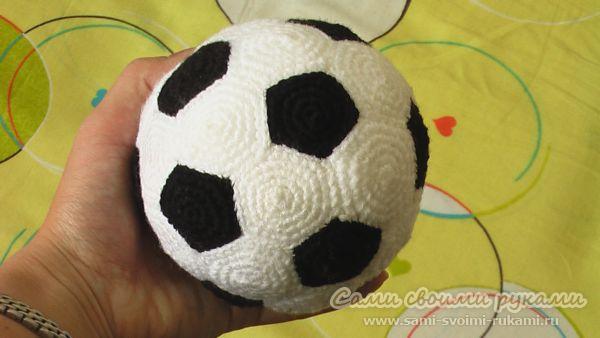 Вязаный крючком футбольный мяч