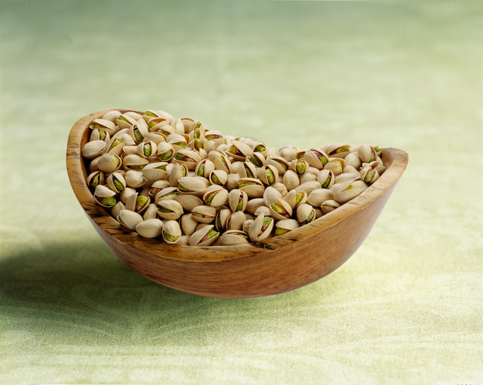 Nuts_kernels_in_a_wooden_bowl_angled_shot (700x559, 143Kb)