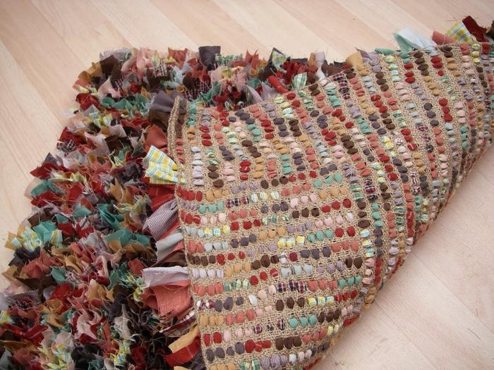 Используем старые вещи для создания коврика.  Интересный мастер-класс.